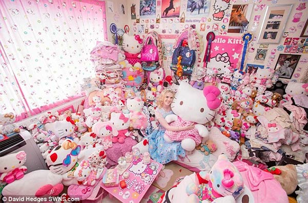 Natasha Goldsworth Hello-Kitty Obsession