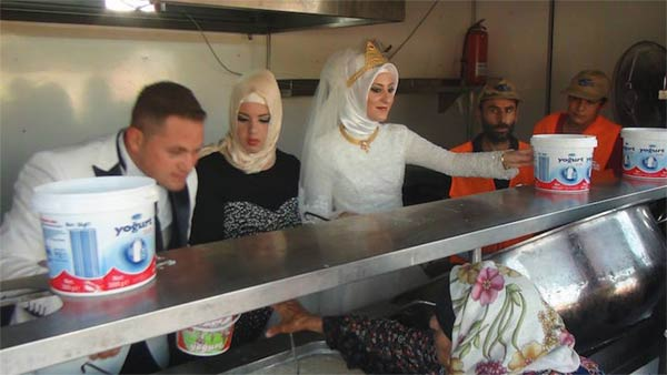 Turkish Bride & Groom Spend Their Wedding Day Feeding 4,000 Refugees