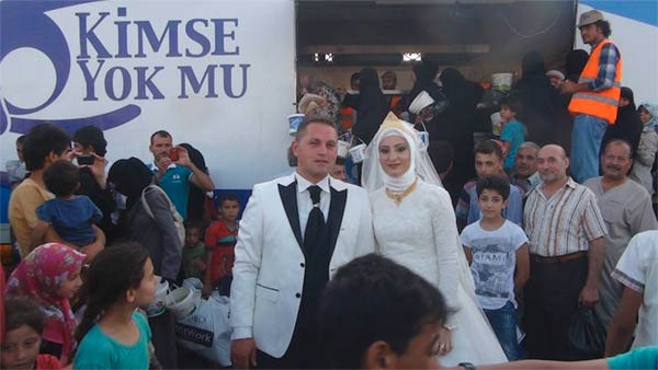 Selfless Turkish Bride and Groom Spend Their Wedding Day Feeding 4,000 Refugees
